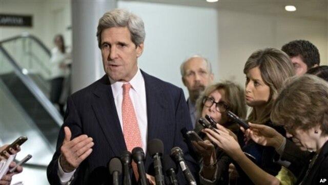 Chủ tịch Ủy ban Đối ngoại Thượng viện John Kerry trả lời các nhà báo sau một cuộc họp kín về vụ tấn công ở Benghazi