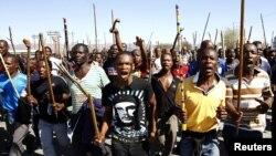 Para pekerja tambang Afrika Selatan melakukan aksi mogok untuk menuntut kenaikan gaji (foto: dok).