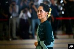 លោកស្រី Aung San Suu Kyi ជាប្រធានក្រុមប្រឹក្សារដ្ឋនៃប្រទេសមីយ៉ាន់ម៉ា។