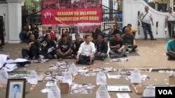 Panitia pertemuan aktivis 98 melakukan aksi protes di depan gerbang Kemenpora Jakarta dengan memasang foto-foto 13 korban penculikan aktivis 97-98, Selasa, 24 Juni 2014 (Foto: VOA/Andylala)