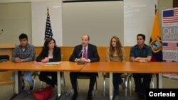 El embajador de Estados Unidos en Ecuador, Adam Namm (centro), anunció la nueva búsqueda los 13 jóvenes que visitarán varias ciudades estadounidenses.
