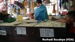 Warung sembako di Yogyakarta menjual beras dengan variasi harga tergantung jenis beras. (VOA/Nurhadi Sucahyo)