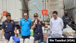 Dirjen Bea Cukai Heru Pambudi (kedua kanan) menunjukkan pakaian yang diselundupkan di Kantor Pusat Bea Cukai, Rabu, 11 Maret 2020. Total selundupan pakaian senilai Rp 2,6 miliar. (Foto: Rio Tuasikal/VOA)
