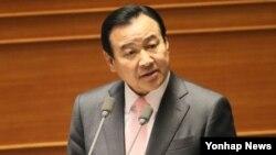 이완구 한국 국무총리가 25일 국회 본회의에서 진행된 정치외교안보통일 분야 대정부질문에서 질의에 답변하고 있다.