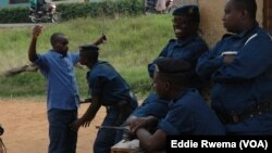 Burundi: Polisi wakagua mpigaji kura kabla ya kuingia katika kituo