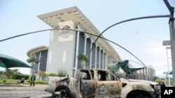 Des voitures brûlées ont été brulées à l'extérieur d'un bâtiment du gouvernement à la suite des manifestations post-électorales à Libreville, au Gabon, 1 septembre 2016.