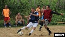 Moradores do bairro Bom Pastor, jogam futebol de rua. Cidade de Natal, uma das anfitriãs do Mundial 2014. Maio 11, 2014