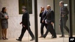Pemimpin Parlemen Uni Eropa Martin Schultz (dua dari kanan) tiba di gedung parlemen Maltese untuk menyampaikan sambutan dalam KTT yang membahas masalah migrasi di Valletta, Malta (10/11).