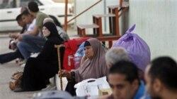 فلسطینیان در انتظار عبور از گذرگاه رفح در مرز غزه، ۲۶ مه ۲۰۱۱