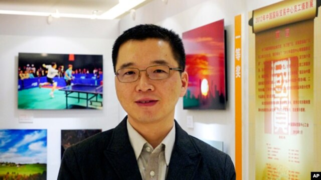 Yu Qiyi poses for a photo at an exhibition held at a hotel in Beijing, Sept. 2, 2012.  Investigators accused of torturing him to death are presently on trial in Quzhou in Zhejiang province.
