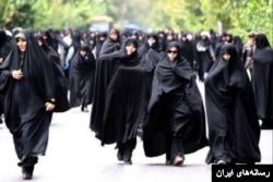 تصویری از راهپیمایی زنان در یک راهپیمایی حکومتی
