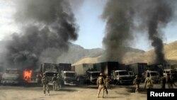 افغان سیکیورٹی فورسز اور نیٹو فوجی سپلائی کے ان ٹرکوں کے گرد جمع ہیں جو طالبان کے حملے کا نشانہ بنے۔ فائل فوٹو