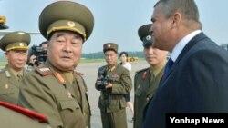 지난 2013년 6월 북한 김격식 인민군총참모장이 쿠바로 출국하기에 앞서 평양주재 쿠바정부 관계자와 악수하고 있다. (자료사진)