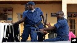在首都布琼布拉爆炸现场的警察 (2015年7月20日)