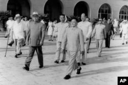 历史照片:以邓小平为团长的中共代表团前往苏联谈判。刘少奇、周恩来、朱德、彭真到机场送行。(1963年7月)