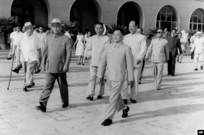 """1963年7月,以邓小平为团长的中共代表团前往苏联谈判,彭真和刘少奇、周恩来、朱德、陈毅到机场送行。这些高官后来都受害于当时中共体制里 """"毛比法大""""""""毛比党大""""的弊端。"""