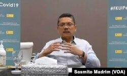 Dekan FKUI Ari Fahrial Syam saat menggelar konferensi pers online, Jumat, 20 Maret 2020. (Foto: VOA/Sasmito Madrim)