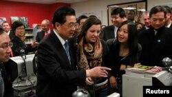 时任中国国家主席的胡锦涛2011年1月访问设在美国芝加哥市一所高中内的孔子学院(路透社)