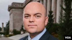 """""""自由基金会""""的代理律师戴维·德赫斯特(David Dewhirst)"""