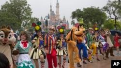개장을 하루 앞둔 중국 상하이 디즈니랜드에서 15일 캐릭터 퍼레스이드쇼가 펼쳐지고 있다.