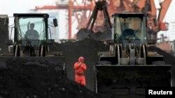중국의 북한 접경 지역인 단둥에서 노동자들이 북한산 석탄을 하역하고 있다. (자료사진)