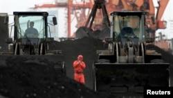 지난 2010년 12월 중국 접경 도시 단둥에서 북한산 석탄을 하역하고 있다. (자료사진)