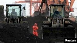 지난 2010년 12월 중국의 접경 도시 단둥에서 노동자들이 북한에서 수입한 석탄을 하역하고 있다.