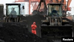 지난 2010년 북-중 접경 지역인 중국 단둥에서 인부들이 북한산 석탄을 하역하고 있다. (자료사진)