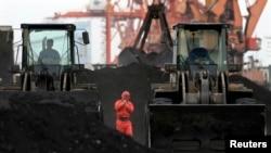 중국 단둥항 노동자들이 북한에서 수입한 석탄을 하역하고 있다. (자료사진)
