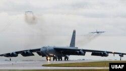 Imágenes distribuidas por el Mando Central de la fuerza aérea muestran a los bombarderos B-52H Stratofortress cuando arribaban a la Base Aérea Al Udeid en Qatar, el jueves 9 de mayo de 2019 por la noche.