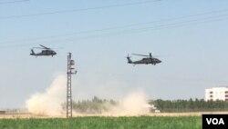 MSB Akar'ın da sözünü ettiği ortak devriye uçuşu yapan ABD ve Türkiye'ye ait askeri helikopterler (24 Ağustos 2019)