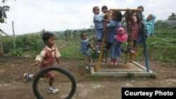 Anak-anak bermain di halaman sekolah di Karanganyar, Jawa Tengah. (Foto: Dok)