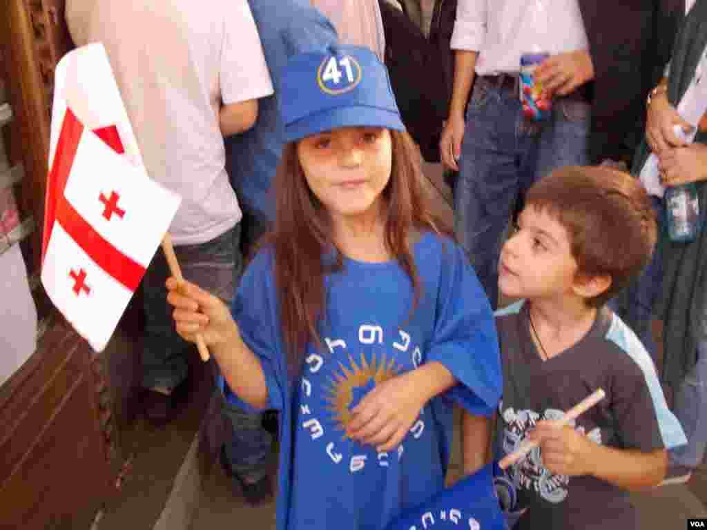 О чем мечтают эти дети с символикой Грузинской мечты