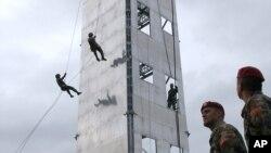 Членови на силите за специјални операции на АРМ во 2008-ма, на вежбовна кула - донација од САД