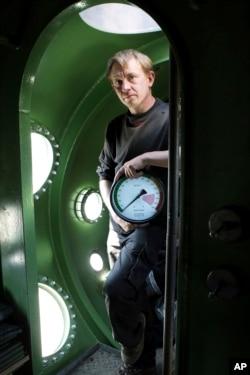 Pemilik kapal selam Peter Madsen berdiri di dalam kapalnya, 30 April 2008. (AP)