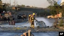Афганские пожарные работают на месте взрыва у здания Министерства обороны страны. Кабул. Афганистан. 5 сентября 2016 г.