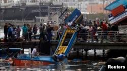 Para nelayan Chile memeriksa kerusakan di pantai utara di kota Iquique, Chile pasca gempa, Rabu (2/4).