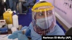 Nữ y tá trong trang bị bảo hộ chuẩn bị xét nghiệm virus corona tại Trung tâm Trường đại học Ain Shams ở Cairo, Ai Cập (ảnh chụp ngày 17/6/2020)