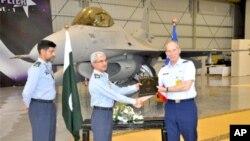 یو ایس ائیر فورس کے لیفٹیننٹ جنرل مائیک ہوسٹیج F-16 طیاروں کو پاک فضائیہ کے حوالے کرنے کے موقع پرائیر مارشل محمد حسن کو دستاویزات پیش کرتے ہوئے