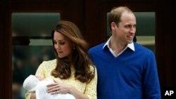 Vojvotkinja od Kembridža Kejt i princ Vilijam ispred bolnice Sent Meri u Londonu, 2. maja 2015.