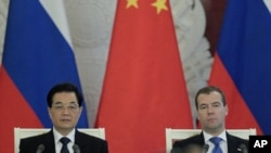 Russia's President Dmitry Medvedev (R) and his Chinese counterpart Hu Jintao attend a signing ceremony in Moscow's Kremlin, June 16, 2011