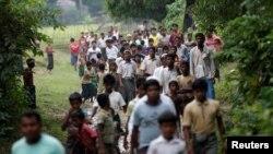 هزاران نفر از مسلمانان اقلیت «روهینگیا» به ویژه زنان و کودکان در تلاش برای فرار از مرز میانمار و ورود به بنگلادش هستند.