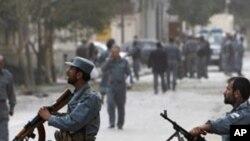 공격현장을 경비하는 아프간 경찰