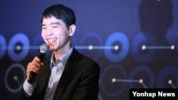 이세돌 9단이 13일 서울 포시즌스 호텔에서 열린 '구글 딥마인드 챌린지 매치' 5번기 제4국에서 180수 만에 알파고에 불계승한 뒤 열린 기자회견에서 활짝 웃고 있다.