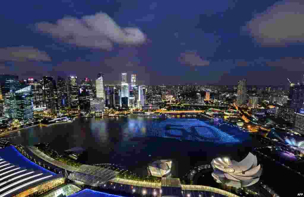 2014年12月31日夜晚新加坡庆祝新年,滨海湾周围的天际线,水上的数字50标志着新加坡建国50年。在美朝峰会面临诸多变数的情况下,新加坡的政治氛围提供了一些可预测性。在新加坡,公开举行的抗议活动很罕见。实际上,当地政府不允许未经许可举行抗议活动。对两位引发强烈反应的领导人来说,这或许是一个关键因素。