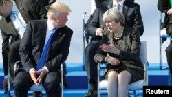 2017年5月25日,美国总统川普与英国首相特蕾莎·梅在比利时布鲁塞尔北约新总部参加北约峰会,两人在一个仪式上交谈。