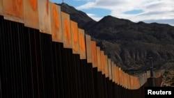 Tư liệu- Một bức tường vừa mới xây dọc một khu vực biên giới giữa Mỹ và Mexico, ngày 09 tháng 11 năm 2016.