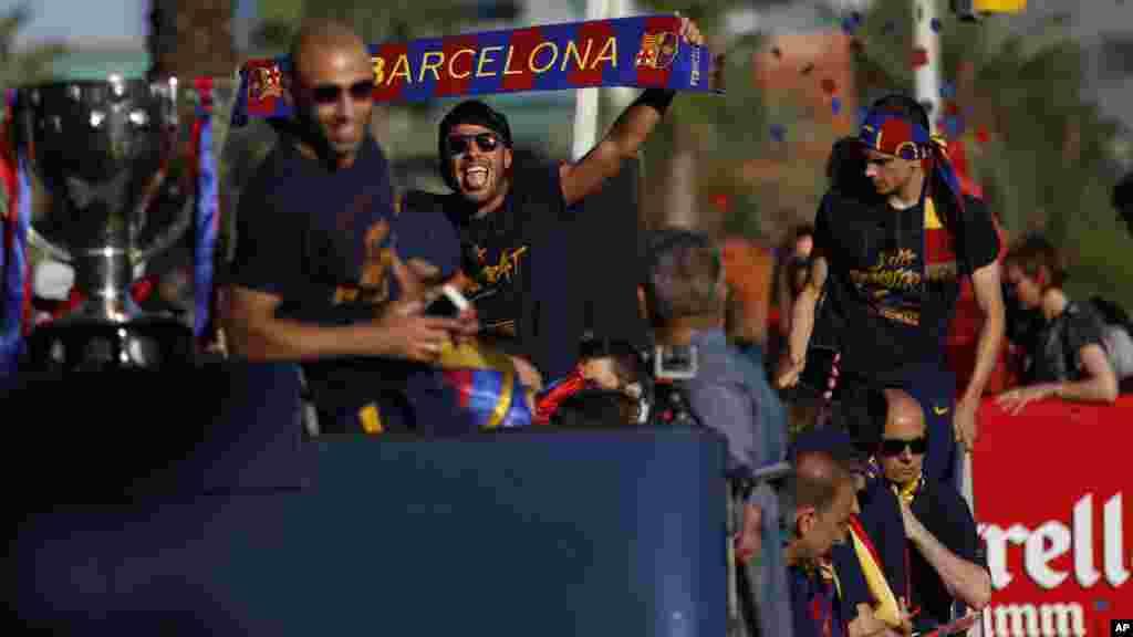 Les joueurs du FC Barcelone célèbrent leur titre dans les rues de Barcelone, Espagne, le 15 mai 2016.