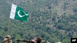 美国暂停对巴军援受巴基斯坦关注。图为一名巴基斯坦士兵7月10日在该国与阿富汗边境地区参加打击激进分子的行动。
