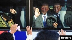2010年11月5日一批南韓人與北韓親人進行短暫家庭團聚後乘座巴士離開位於北韓金剛山渡假區。